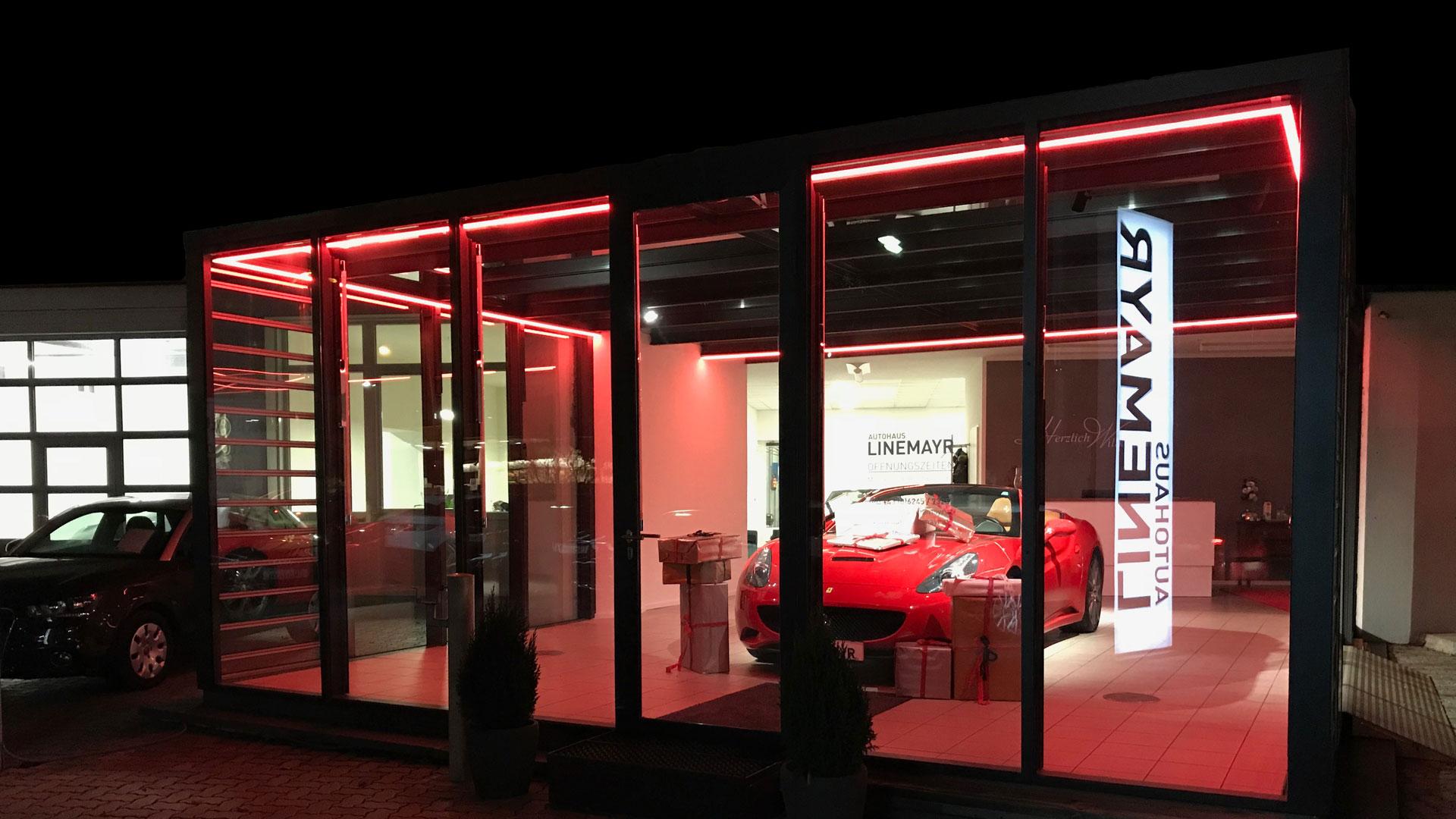 Foto vom Autohaus Linemayr bei Nacht